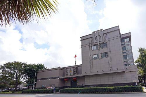 Nhân viên dọn đồ khỏi Tổng lãnh sự quán Trung Quốc tại Houston
