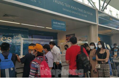 Khách du lịch đổ dồn về sân bay Đà Nẵng trước giờ giãn cách xã hội