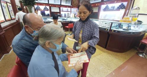 Bão giá vàng: Tiền tỷ khó mua, cụ bà 80 tuổi dốc hết lương hưu vào vàng