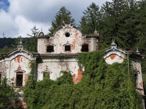Bên trong loạt biệt thự xa xỉ bị bỏ hoang