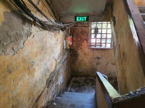 Hà Nội: Bất lực trước những khu chung cư cũ chờ sập