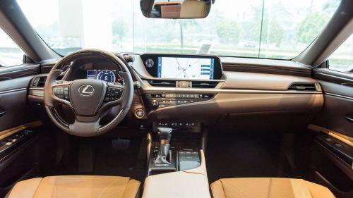 Lexus ES 2021 thêm an toàn, giá không đổi