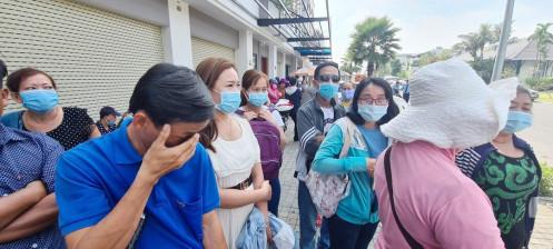 Long An: Khách hàng căng băng rôn bao vây Công ty Bất động sản Trần Anh