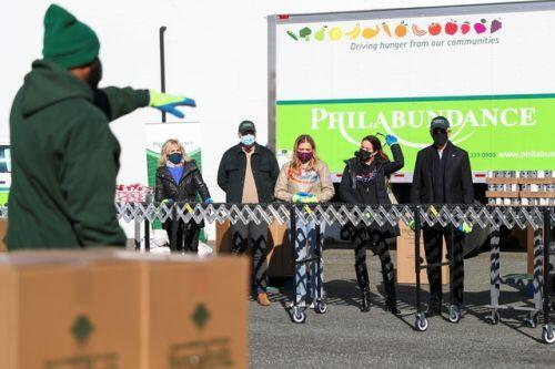 Ông Biden đích thân đóng hộp thực phẩm từ thiện trước ngày nhậm chức