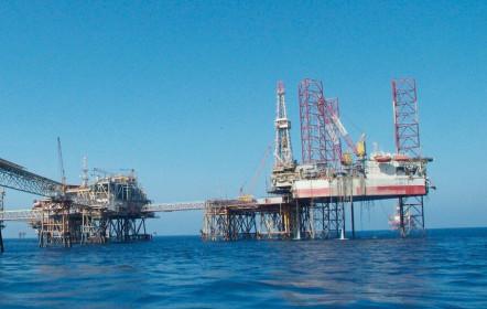 Cổ phiếu dầu khí tăng theo giá dầu