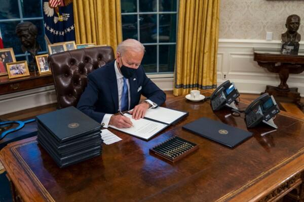 TT Biden bỏ nút gọi nước ngọt trên bàn làm việc của ông Trump