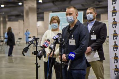 Mỹ: Bức xúc vì giám đốc giấu riêng vắc xin Covid-19 cho bạn bè