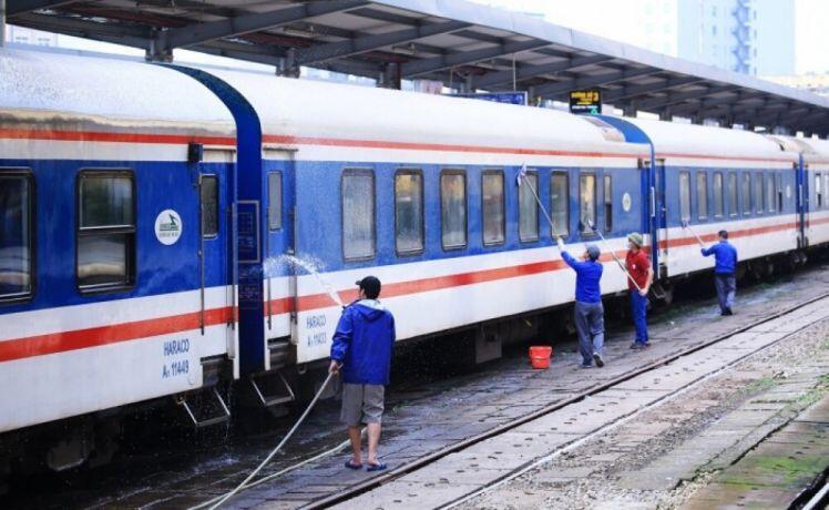 Hành khách ùn ùn trả vé tàu Tết, đường sắt phải cắt bớt tàu
