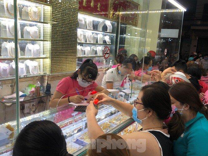 Tối muộn, người Sài Gòn vẫn kéo nhau mua vàng lấy hên