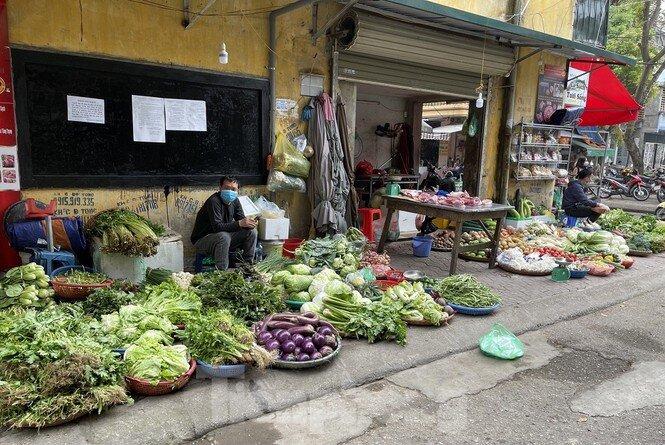 Hàng tiêu dùng ngày Rằm tháng Giêng: Thực phẩm ổn định, hoa tăng giá