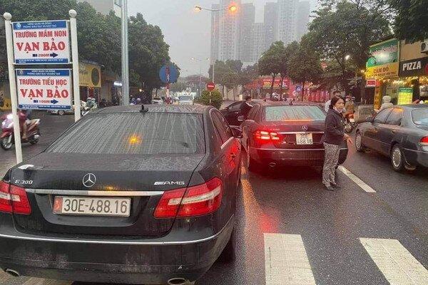 Tạm giữ 2 xe Mercedes cùng biển số 'vô tình gặp nhau' ở Hà Nội