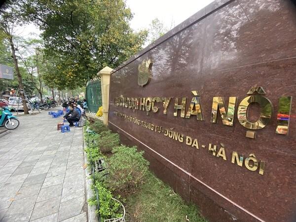 """Hà Nội: Chưa được """"lệnh"""", hàng quán vỉa hè ngang nhiên hoạt động, vi phạm phòng dịch"""