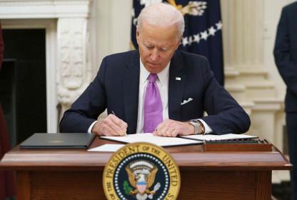 12 bang kiện Tổng thống Biden vì sắc lệnh ký ngày nhậm chức