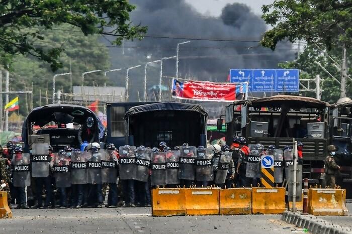 Nhiều nhà máy Trung Quốc bị đốt phá, hàng chục người biểu tình Myanmar thiệt mạng