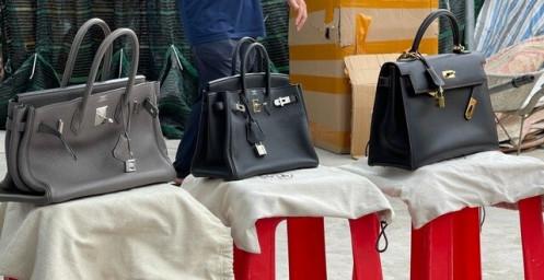 Giới buôn hàng hiệu rởm tiết lộ độc chiêu 'lùa gà' khiến người mua sập bẫy