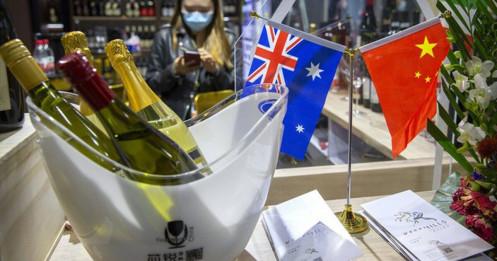 """Australia """"nổi giận"""" khi Trung Quốc áp thuế trên 200% lên rượu vang"""