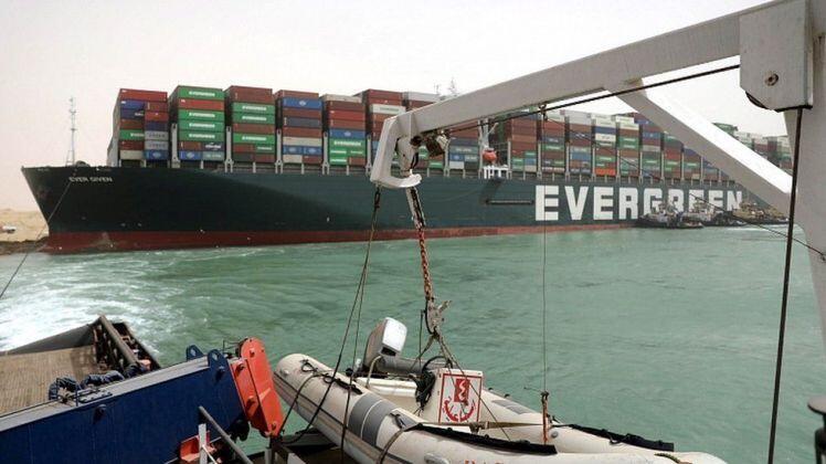Tàu chở hàng Ever Given mắc kẹt tại kênh đào Suez và 9,6 tỷ USD hàng hóa bị 'giam giữ' mỗi ngày