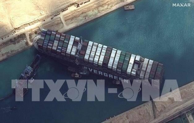 Thêm 2 tàu lai dắt được điều động để giải cứu tàu Ever Given