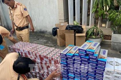 Cảnh sát giao thông phát hiện xe chở 500 cây thuốc lá nghi nhập lậu