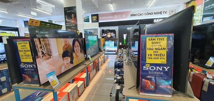 """Tivi """"siêu to khổng lồ"""" đua nhau giảm giá, hàng loạt mẫu giảm đến 70% vẫn khó bán"""