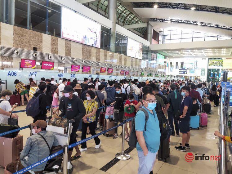 Bất chất dịch bệnh, sân bay Nội Bài vẫn đông nghịt khách