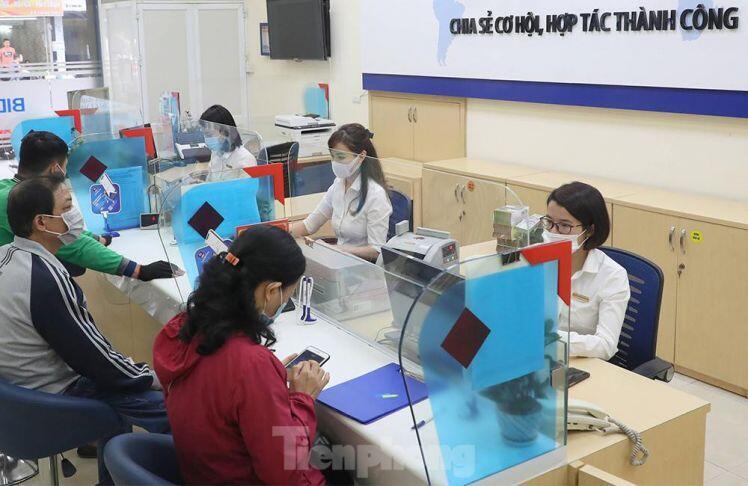 Ngân hàng bật chế độ phòng chống COVID-19 cấp độ mới, tiền thu về đều phải khử khuẩn ảnh 9