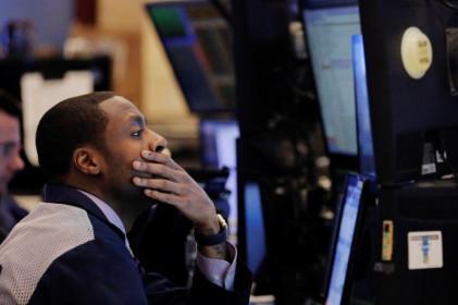 Đà bán tháo trên Phố Wall lan rộng; Dow rớt 600 điểm