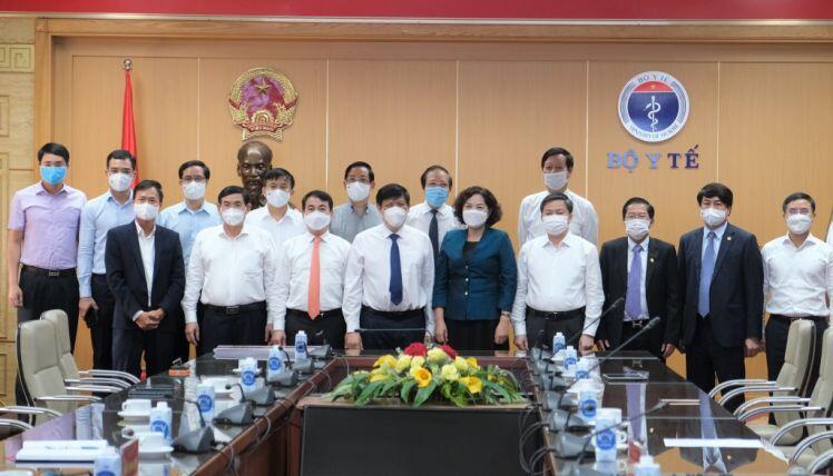Vietcombank trao 25 tỷ đồng hỗ trợ Bộ Y tế mua vắc-xin phòng Covid-19