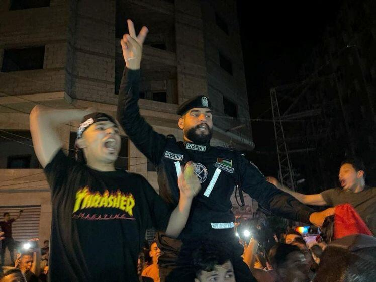 Người dân Dải Gaza đứng giữa đống đổ nát ăn mừng thỏa thuận ngừng bắn