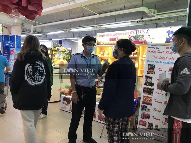 """Trước giờ giãn cách, người dân TP. HCM ùn ùn """"càn quét"""" siêu thị"""