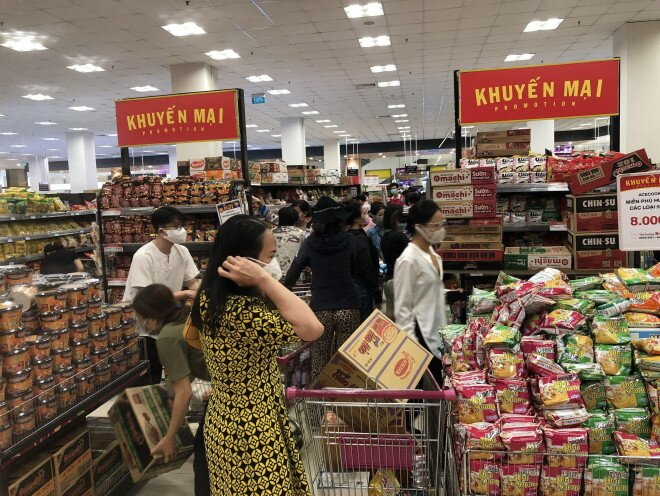 Đơn hàng online ở các siêu thị tăng đột biến, shipper chạy không kịp thở
