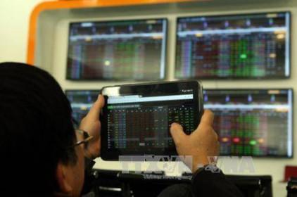 """Thị trường chứng khoán vẫn là """"vùng trũng"""" thu hút dòng tiền"""