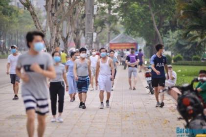 Bất chấp lệnh cấm, người dân Hà Nội vẫn vô tư tập thể dục tại công viên, hồ điều hòa