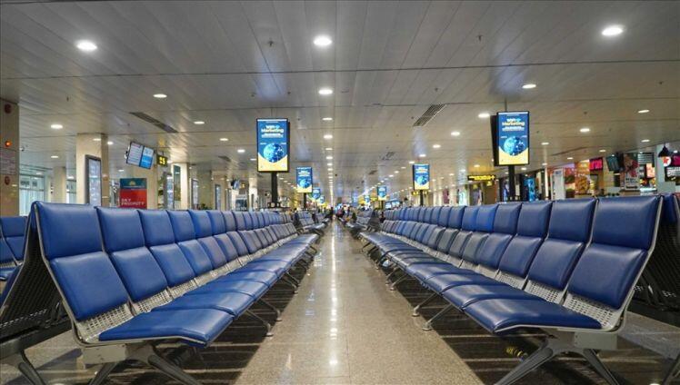 Đợt dịch COVID-19 thứ tư: Máy bay thiếu chỗ đỗ, sân bay không hành khách