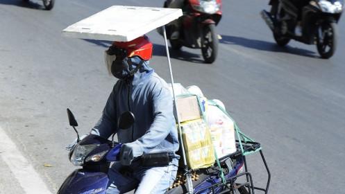 Xe ôm, người giao hàng vật lộn mưu sinh với nắng nóng giữa mùa dịch