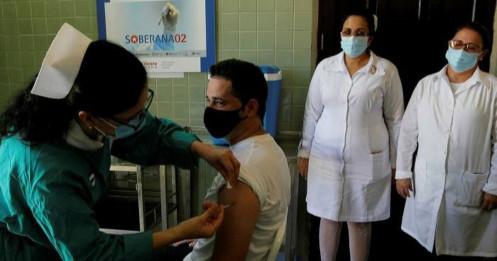 """""""Vũ khí"""" vắc xin nội địa giúp Cuba chiến đấu làn sóng Covid-19"""