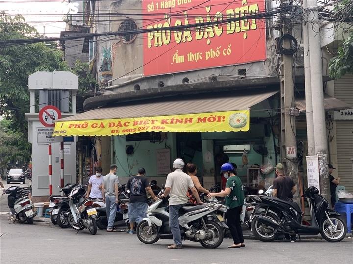 Quán bún, phở Hà Nội đông chật khách trong buổi sáng đầu tiên mở cửa trở lại