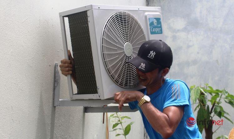 Tất bật 15 giờ mỗi ngày nhận ngay tiền triệu, thợ lắp điều hòa vẫn 'oải' vì nắng