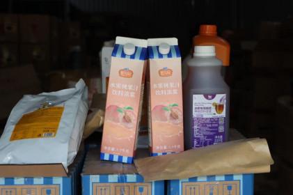 Hàng tấn nguyên liệu trà sữa chưa rõ nguồn gốc tại Hà Nội bị thu giữ