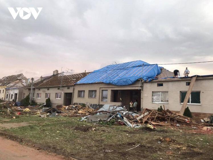 25 gia đình người Việt bị ảnh hưởng nặng nề sau trận lốc xoáy mạnh tại Séc