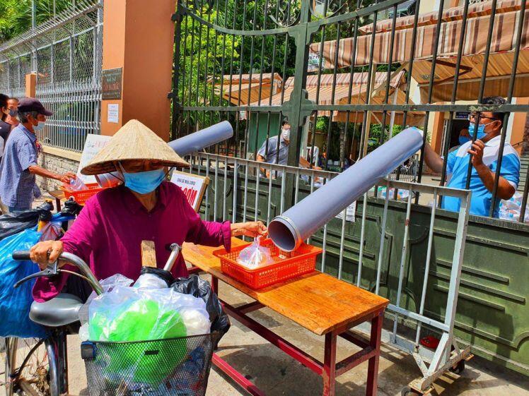 TP.HCM: Sau ATM gạo lại đến ống trượt cơm giúp người nghèo