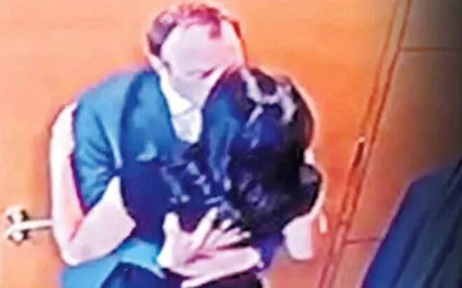Bộ trưởng Anh từ chức sau lùm xùm ôm hôn trợ lý