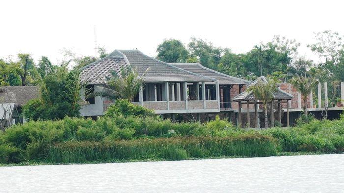 Ai 'chống lưng' xây hàng loạt công trình không phép ven sông Hương?