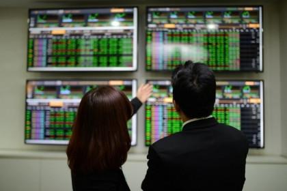 Cổ phiếu họ Vingroup bứt phá, VN-Index tăng điểm
