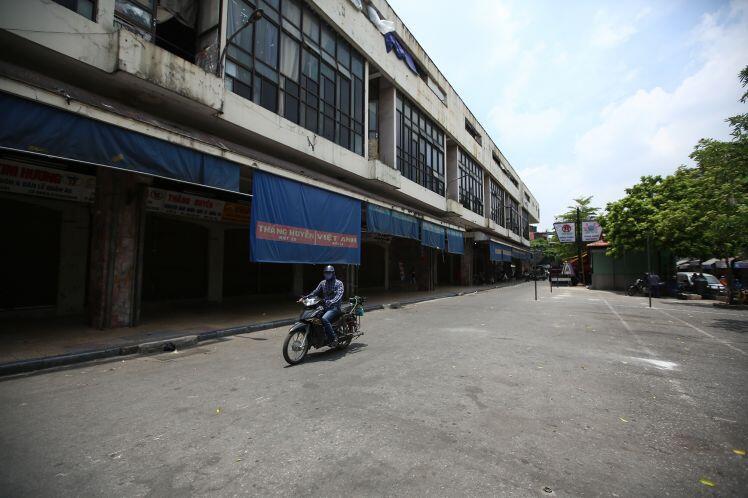 Hà Nội: Chợ Đồng Xuân 'im lìm', hơn 2.100 gian hàng buộc đóng cửa