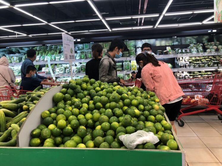 Ngày thứ 12 giãn cách tại TP.HCM: Bất ngờ siêu thị vắng khách, hàng hóa đầy kệ