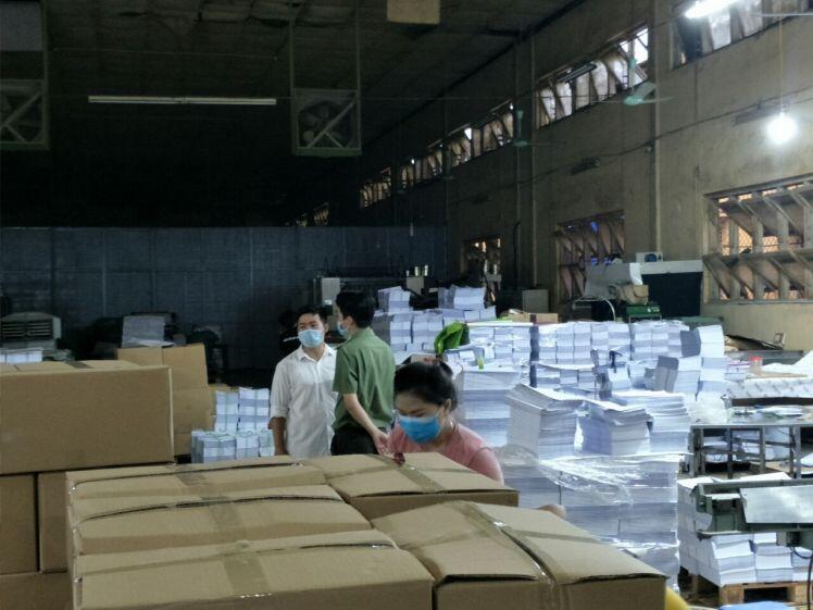 """Đột kích 2 xưởng in """"khủng"""" ở Hà Nội, phát hiện hơn 50.000 cuốn sách nghi in lậu"""