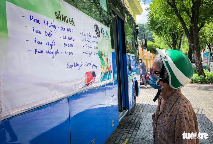 Cửa hàng rau trên... xe buýt cho người dân Sài Gòn