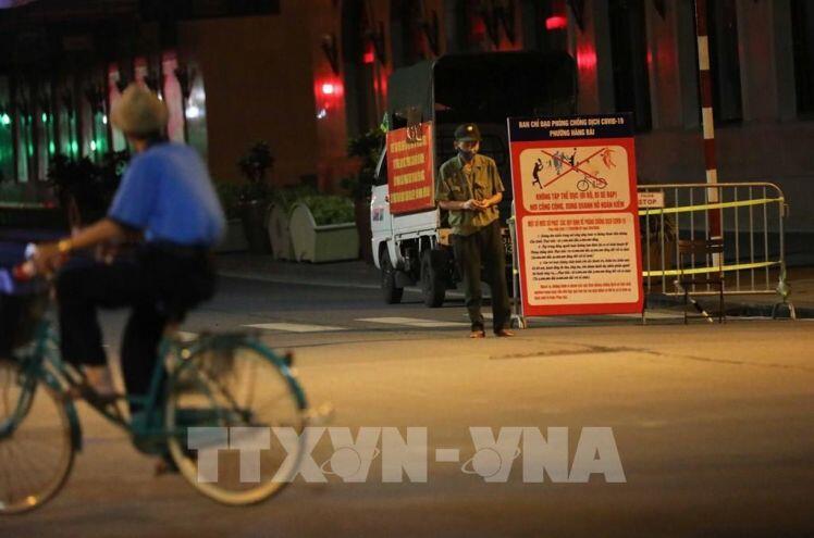 Ngày thứ 3 giãn cách xã hội, Hà Nội vẫn còn người vượt rào chắn tập thể dục nơi công cộng