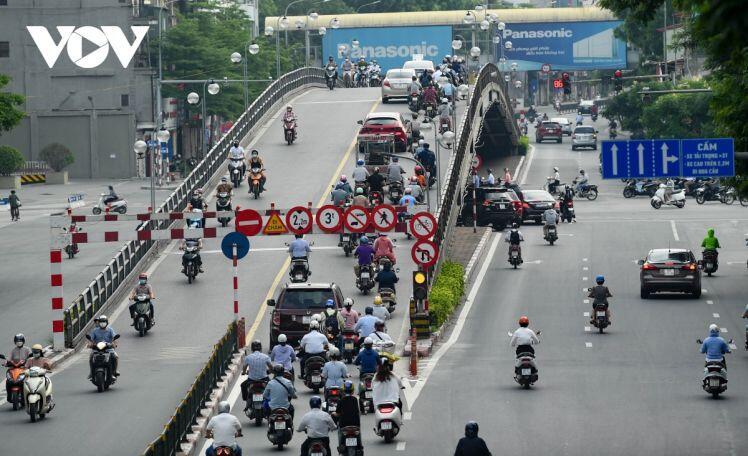 Người Hà Nội vẫn ra đường đông trong ngày đầu đi làm khi thực hiện giãn cách xã hội